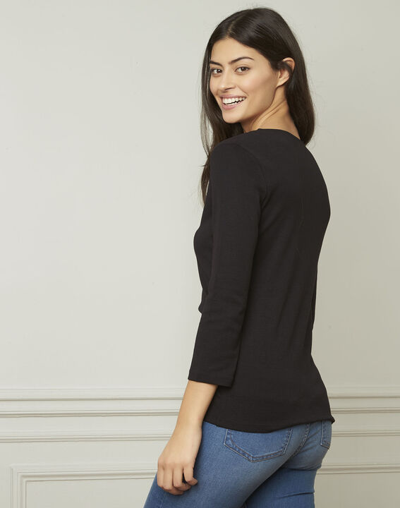 Basic black T-shirt with V-neck eyelet neckline (3) - Maison 123