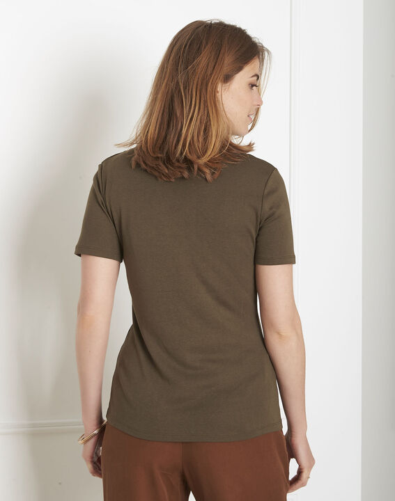 Basic khaki T-shirt with eyelet neckline (3) - Maison 123