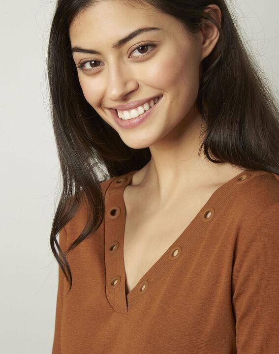 Basic brown T-shirt with V-neck eyelet neckline (4) - Maison 123